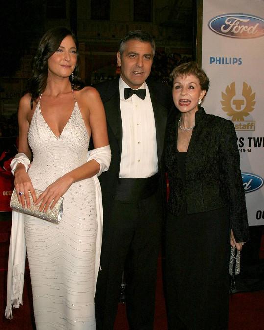 Několik let tvořila pár s Georgem Clooneym. Na snímku i s jeho maminkou.