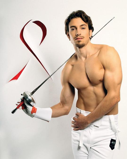 Druhý nejkrásnější muž světa 2011 Martin Gardavský pózoval jako šermíř.
