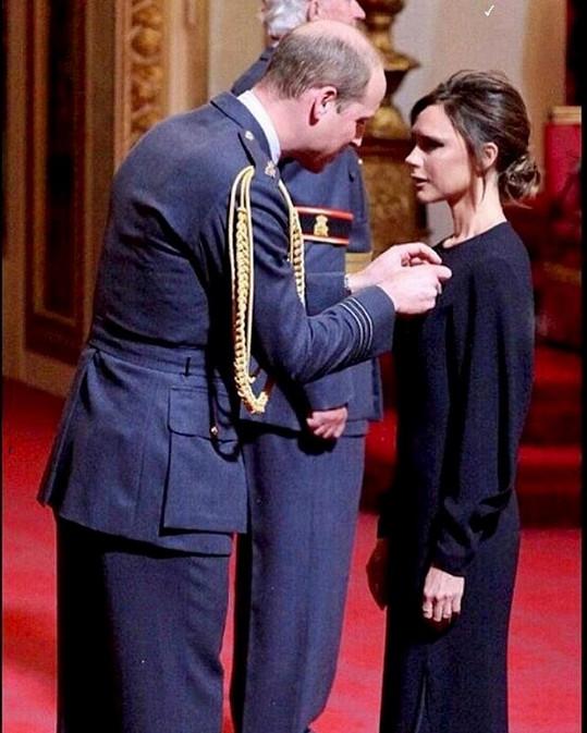 Victoria Beckham dostala od prince Williama Řád britského impéria.