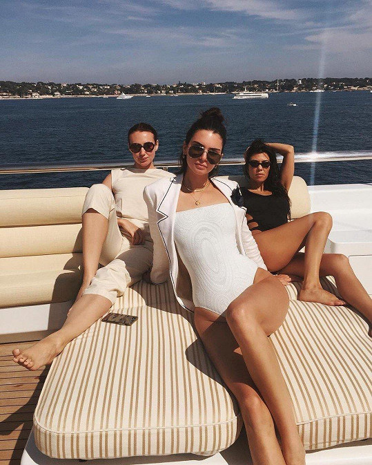 Kendall Jenner (uprostřed) na jachtu vyráží poměrně často.