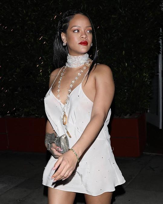 Rihanna vyrazila na večeři v miniaturní košilce.