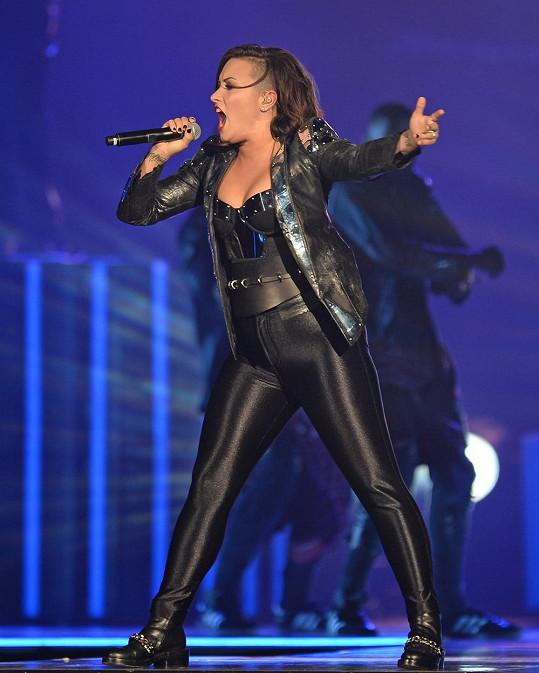 Ještě před rokem se Demi na koncertech halila do černé.