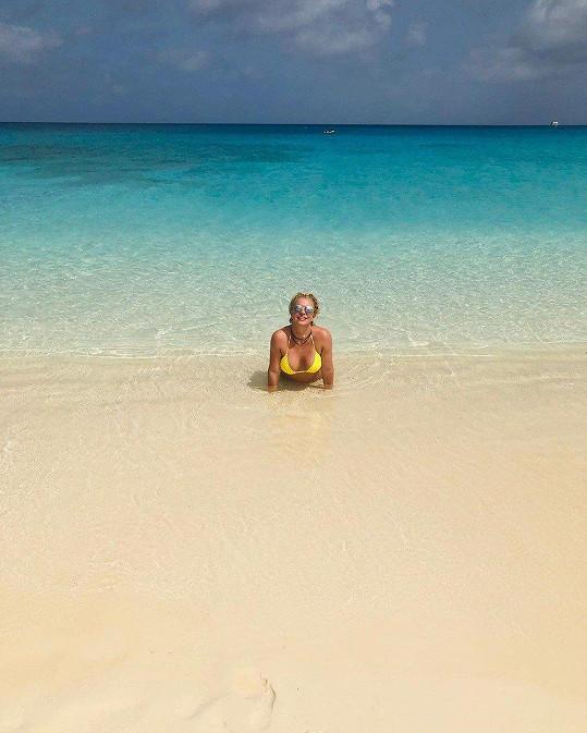 Exotickou dovolenou si užívá plnými doušky.