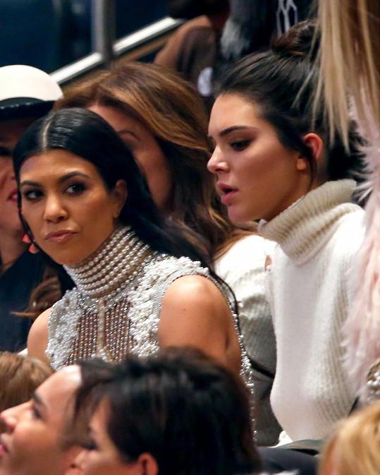 Kourtney Kardashian (vlevo) se sestrou Kendall, která jako by z oka vypadla nové lásce Scotta Disicka.