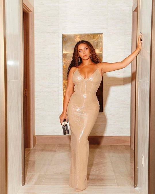 Šaty zdůraznily její tvary.