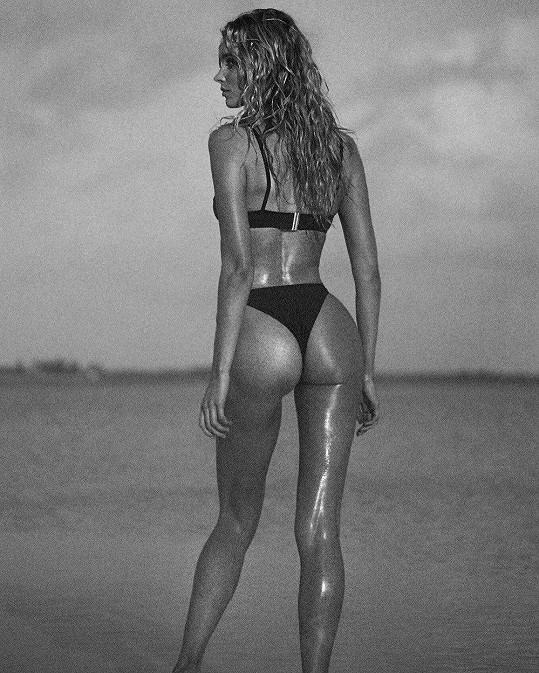 Tenhle snímek švédská kráska zrovna nasdílela z pracovního výletu na Bahamy, kde fotila plavky, jež sama navrhla pro Solid & Striped Swim Team.