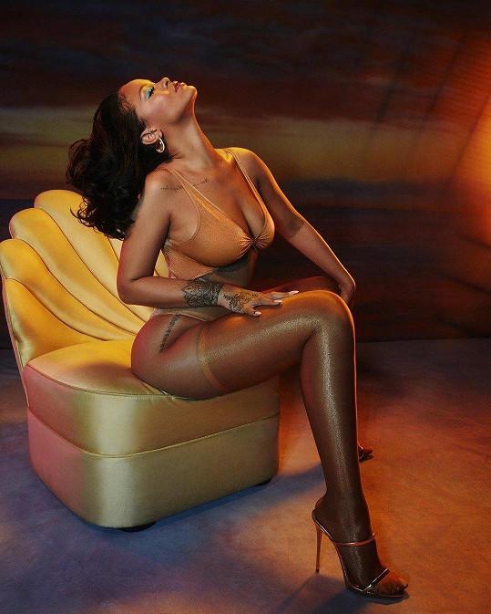 Rihanna dělá reklamu vlastní kolekci prádla sama.