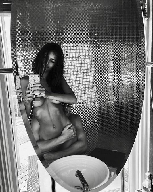 Pochlubila se například i archivním selfie s manželem.