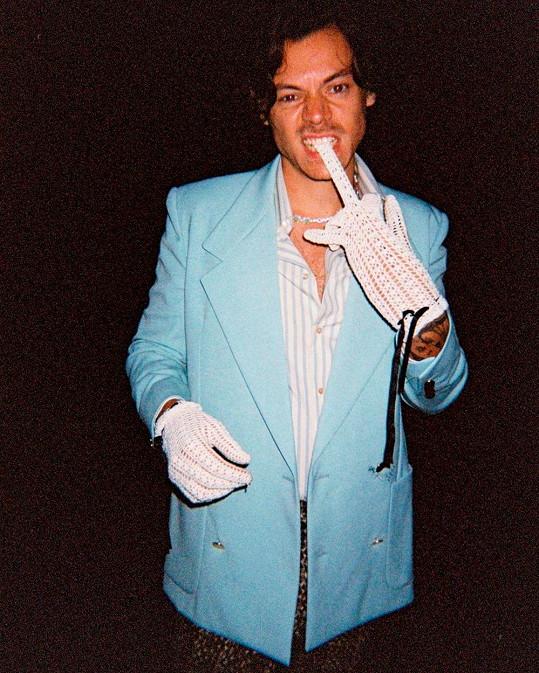 Zpěvák má svůj osobitý styl oblékání a miluje své fanoušky.