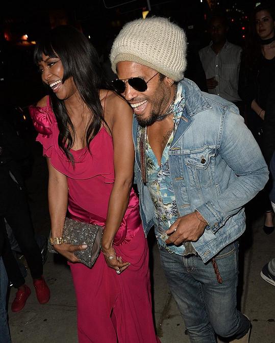 Lenny s Naomi odcházeli z podniku spolu a ve skvělé náladě...