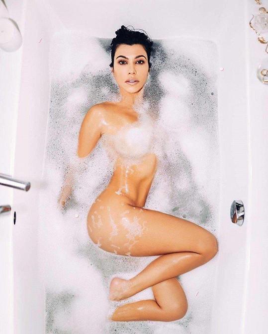 Kourtney Kardashian se sexy snímek příliš nepovedl. Levá noha není vůbec přirozená.