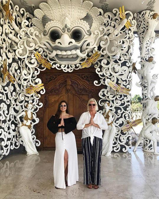 Ashley Graham s maminkou Lindou střídají leháro u bazénu s poznávání balijské kultury.