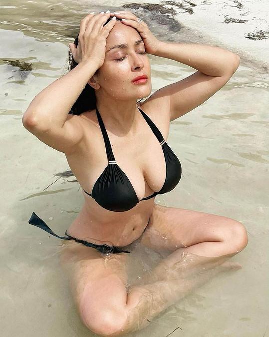 Salma ráda potěší fanoušky snímkem v plavkách.