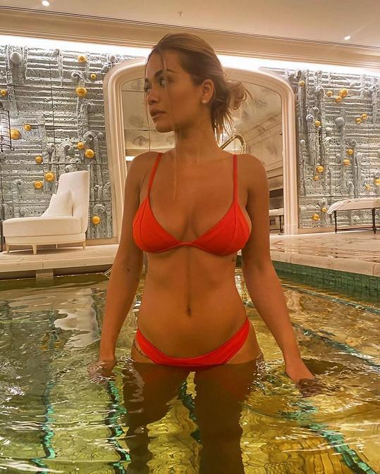Do plavek šla i zpěvačka Rita Ora.