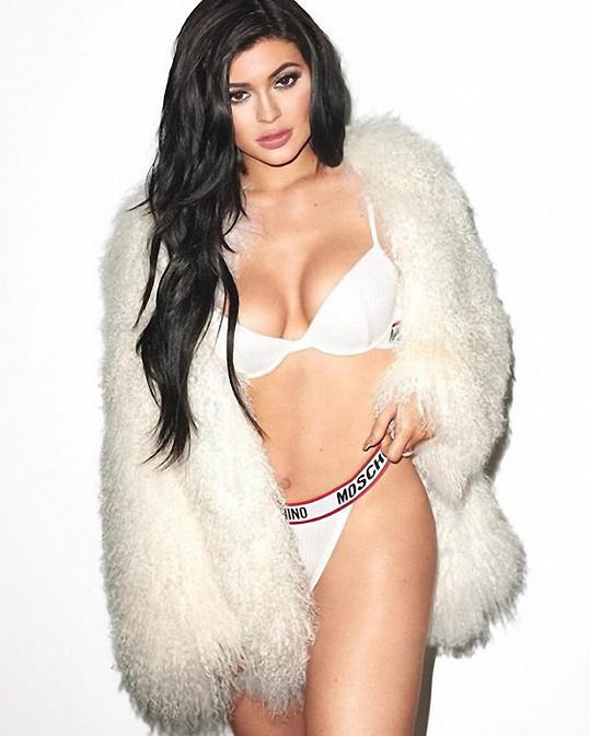 Vzorem pro Kylie je sestra Kim Kardashian, což je hned znát...