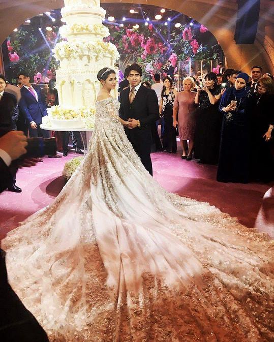 Honosné šaty bohaté ruské nevěsty Madiny Shokirovy vyšly podle tisku na téměř 15 miliónů korun.