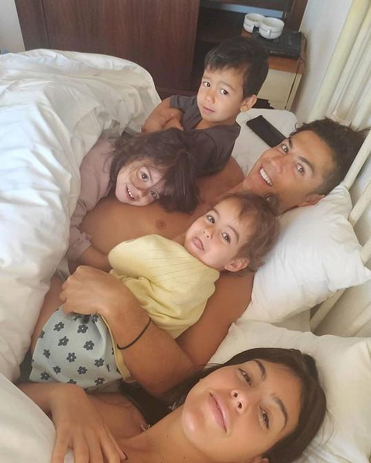 S fotbalistovými dvojčaty a společnou dcerou Alanou