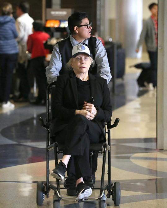 Faye Dunaway se po letišti pohybovala na kolečkovém křesle.
