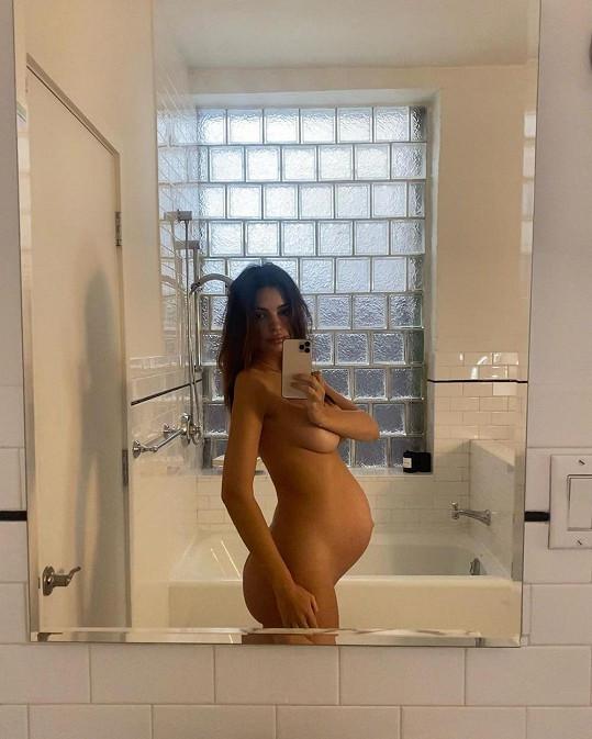 Pár týdnů před porodem se vyfotila nahá s bříškem.