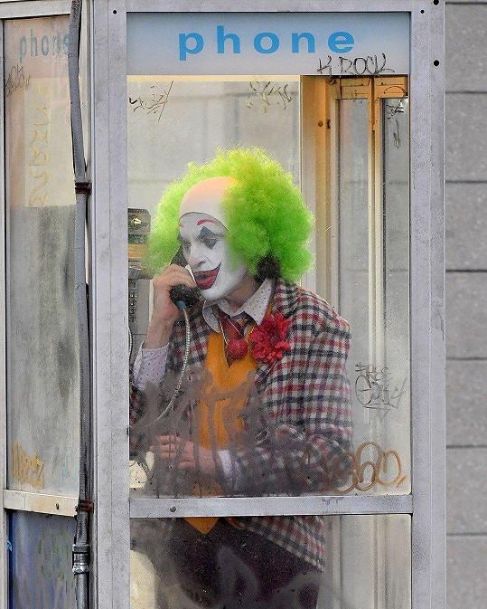 Na film o Jokerově původu se můžeme těšit v příštím roce.