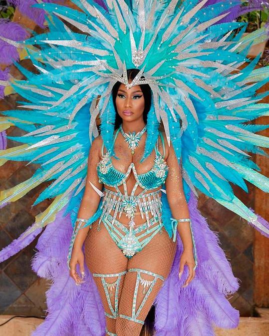 Nicki Minaj předvedla pověstné křivky v plné parádě.