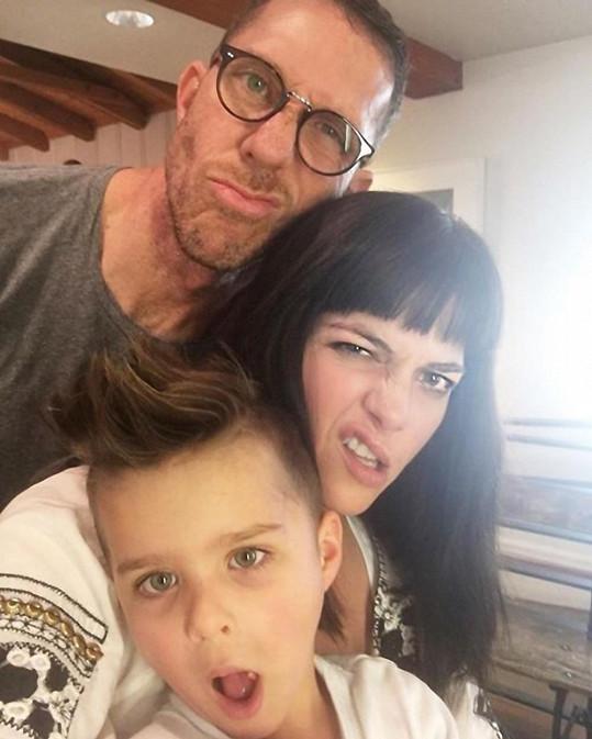 Selma Blair se synem a kadeřníkem