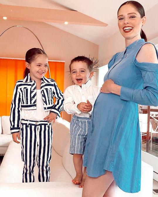 Modelka s dcerou Ioni a synem Iverem