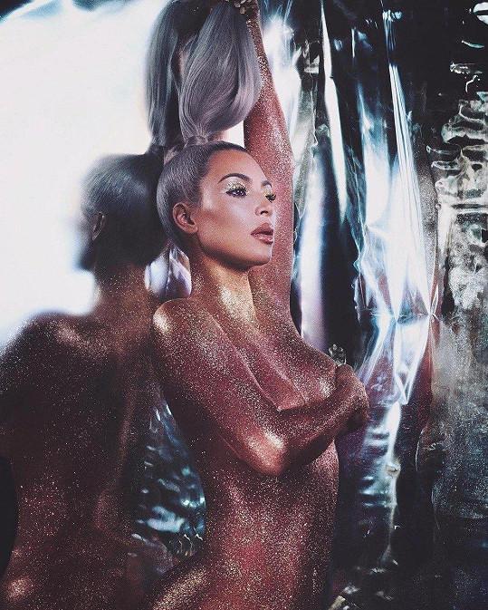 Snímek, kterým před pár měsíci propagovala vlastní kosmetiku a kde byla také topless. Zadek tu ale ještě prostor nedostal.