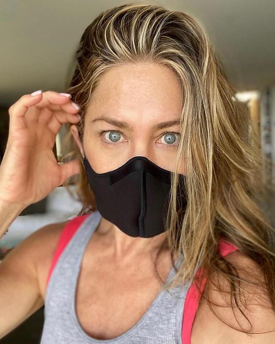 Jennifer Aniston apeluje na fanoušky, aby nosili roušky.