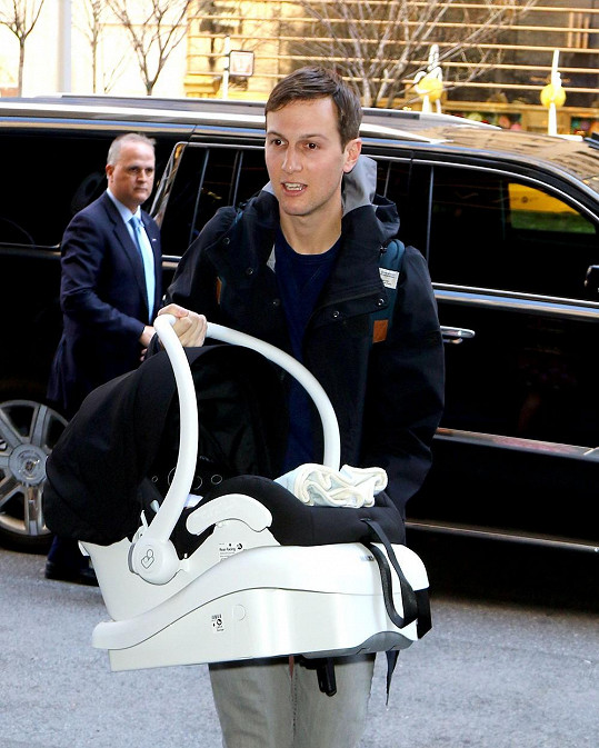 Ivanku se synem si z porodnice dovezl její muž Jared.
