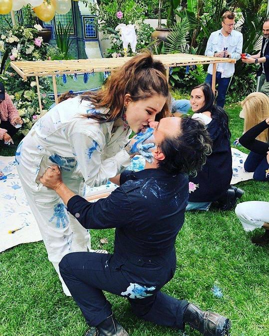 Johnny Galecki s partnerkou Alainou Meyer čekají kluka.