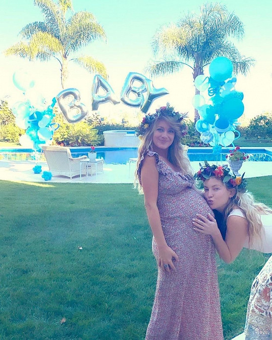 Zprávu o dítěti jako první ze slavné rodiny sdílela švagrová nastávající maminky Kate Hudson (vpravo).