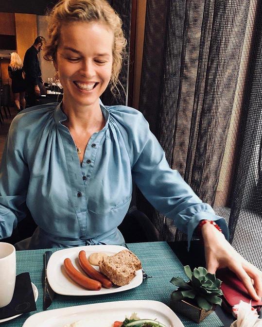 Eva neváhá zhřešit a klidně si pochutná na nezdravých pokrmech.