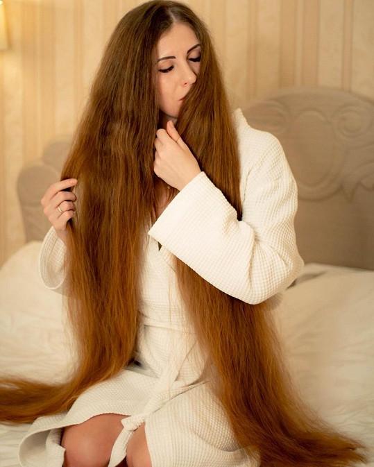 Péči o vlasy dokumentuje na sociálních sítích.