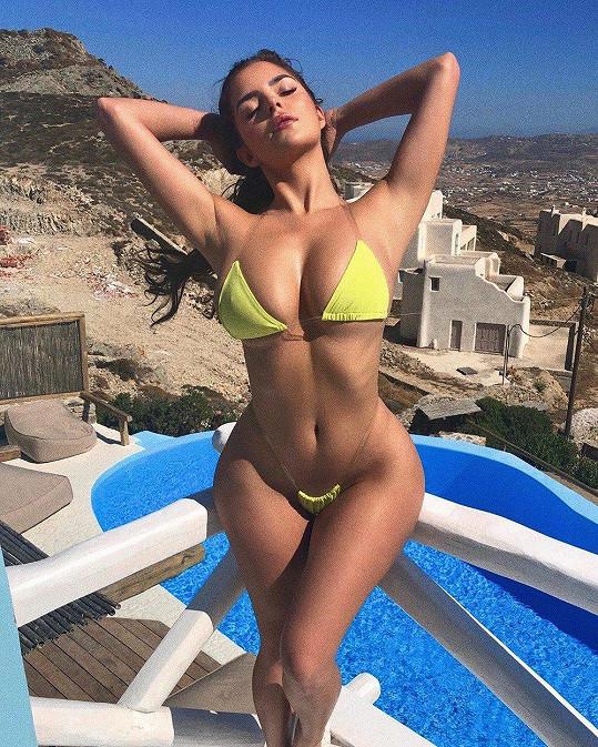 Demi své křivky hrdě vystavuje slunci.