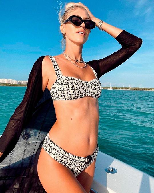 Devon Windsor se ukázala v plavkách a ukázala malé těhotenské bříško.