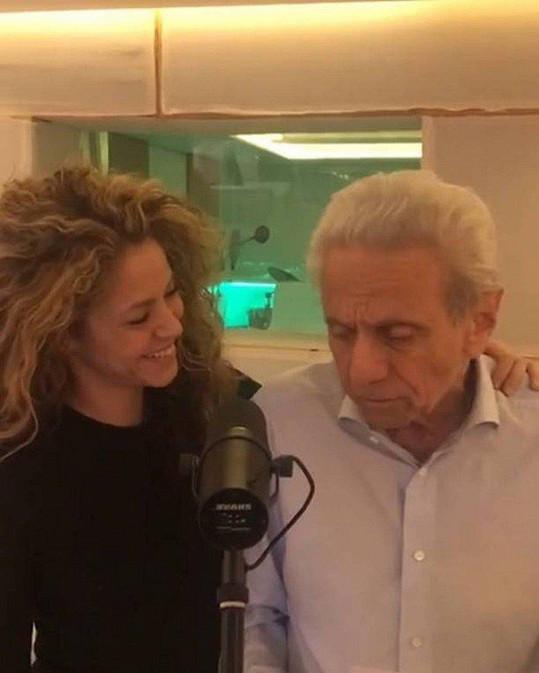 Shakira si s tatínkem zazpívala anglickou verzi balady Domino.