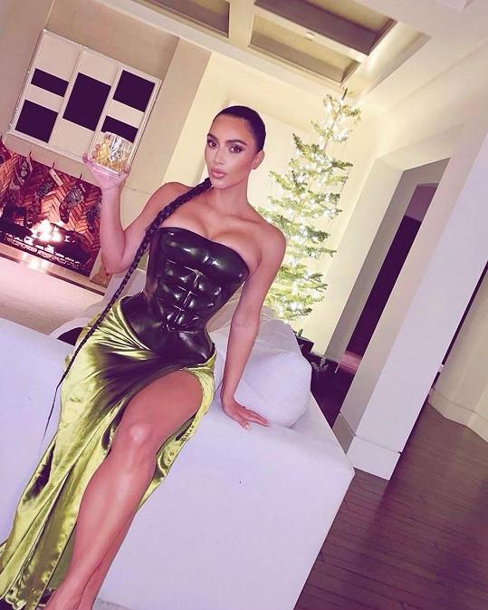 Kim musela mít jako vždy něco extra. Těsný hadí obleček zdůraznil její přednosti.