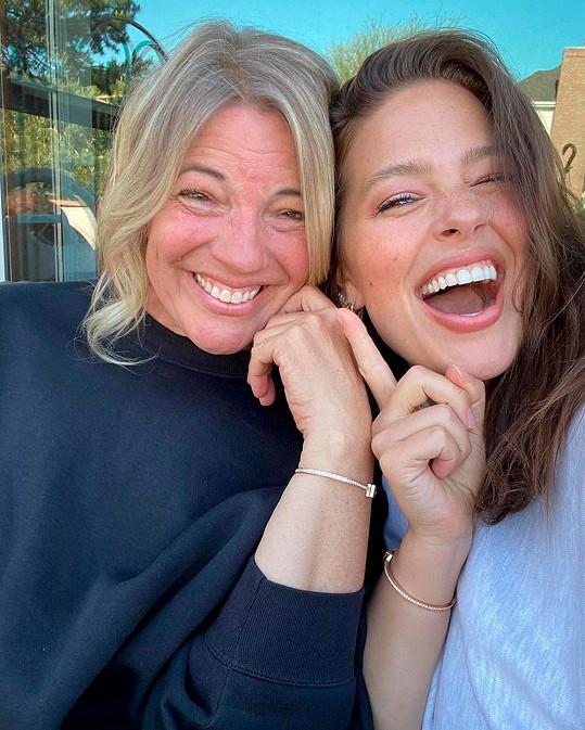 S maminkou Lindou má Ashley skvělý vztah.