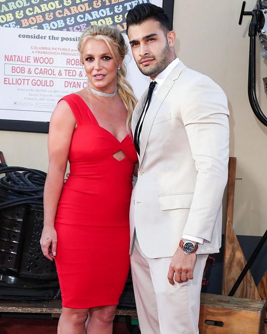Britney Spears se zasnoubila s fitness trenérem a hercem Samem Asgharim.