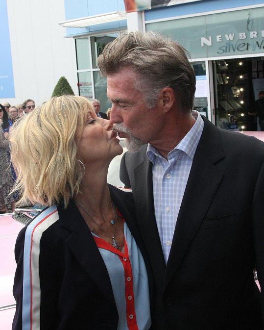 Oporou je jí manžel John Easterling.