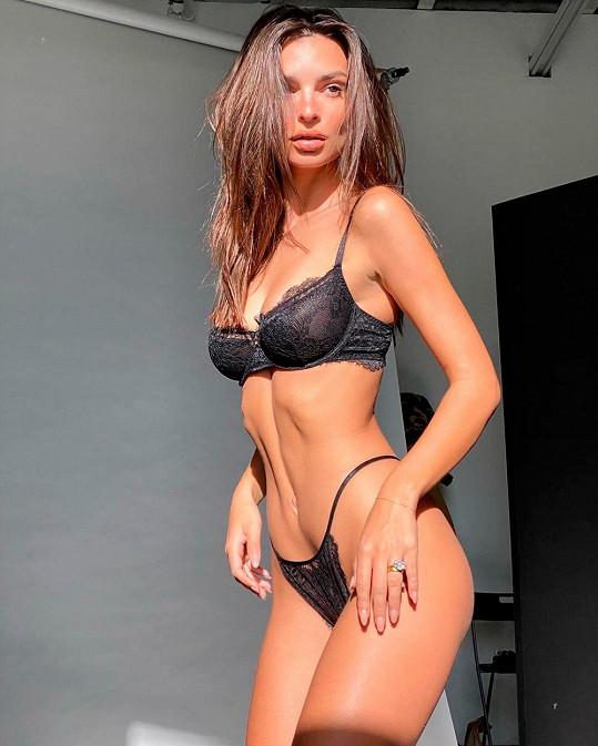 Modelka je v oblasti hrudníku pořádně obdařená, ale nejspíš záleží na úhlu, z jakého se fotí.