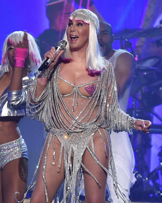 Na vrcholu: Cher zpívá hit Believe na Billboard Music Awards 2017 v Las Vegas, kde sama jednu cenu přebírala.