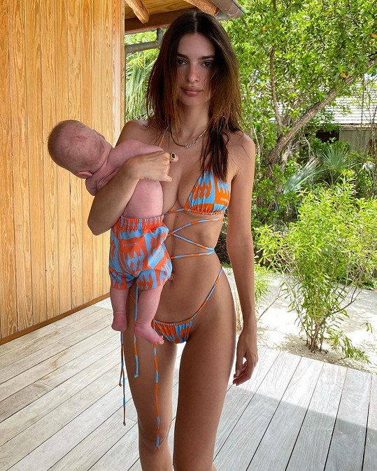 Modelku nedávno kritizovali za to, jak držela synka v náručí.