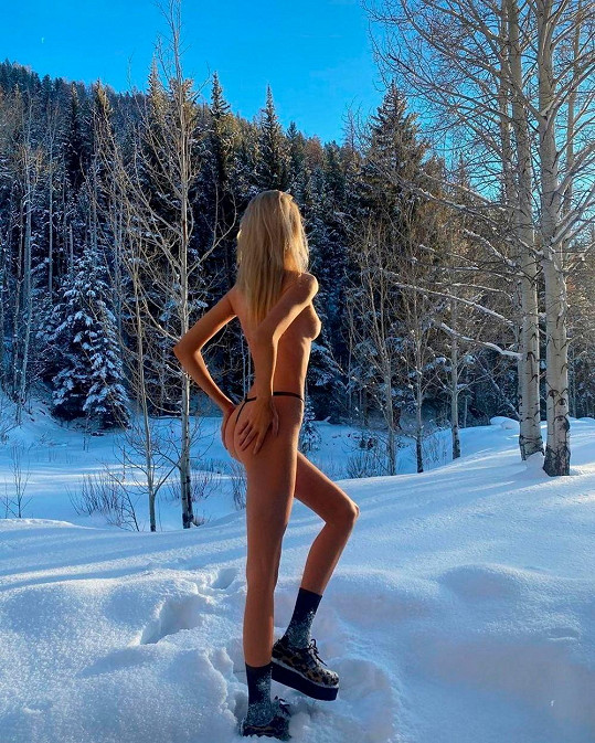 Stella Maxwell vystavila nahé tělo v Aspenu.