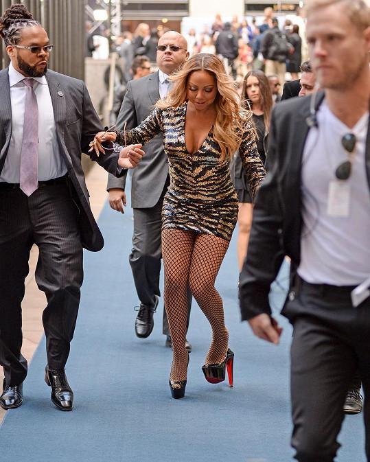 Mariah Carey měla po ruce ochotné pomocníky...