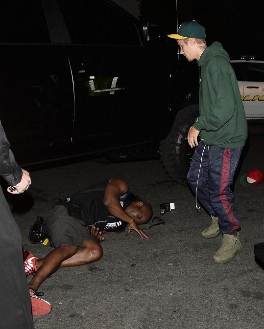 Bieber ihned zastavil a šel se přesvědčit, jak na tom muž je.