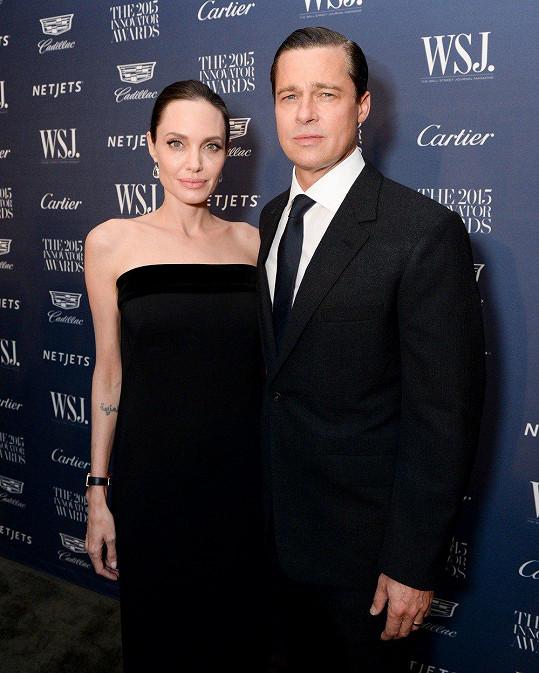 Brad Pitt se rozvádí s Angelinou Jolie.