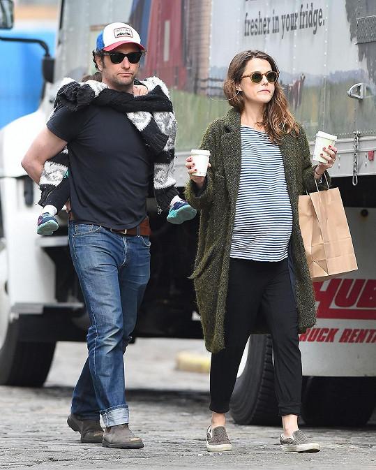 Matthew se vzorně stará i o svou nevlastní dcerku Willu Lou.