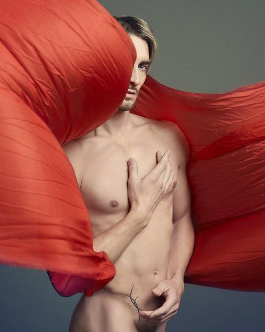 Sólista Baletu Národního divadla Michal Štípa zapózoval nahý.